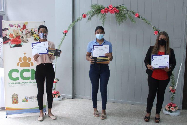 """SPS: Escuela """"Canela y Miel"""" del CCM entrega 52 diplomas a estudiantes de belleza"""