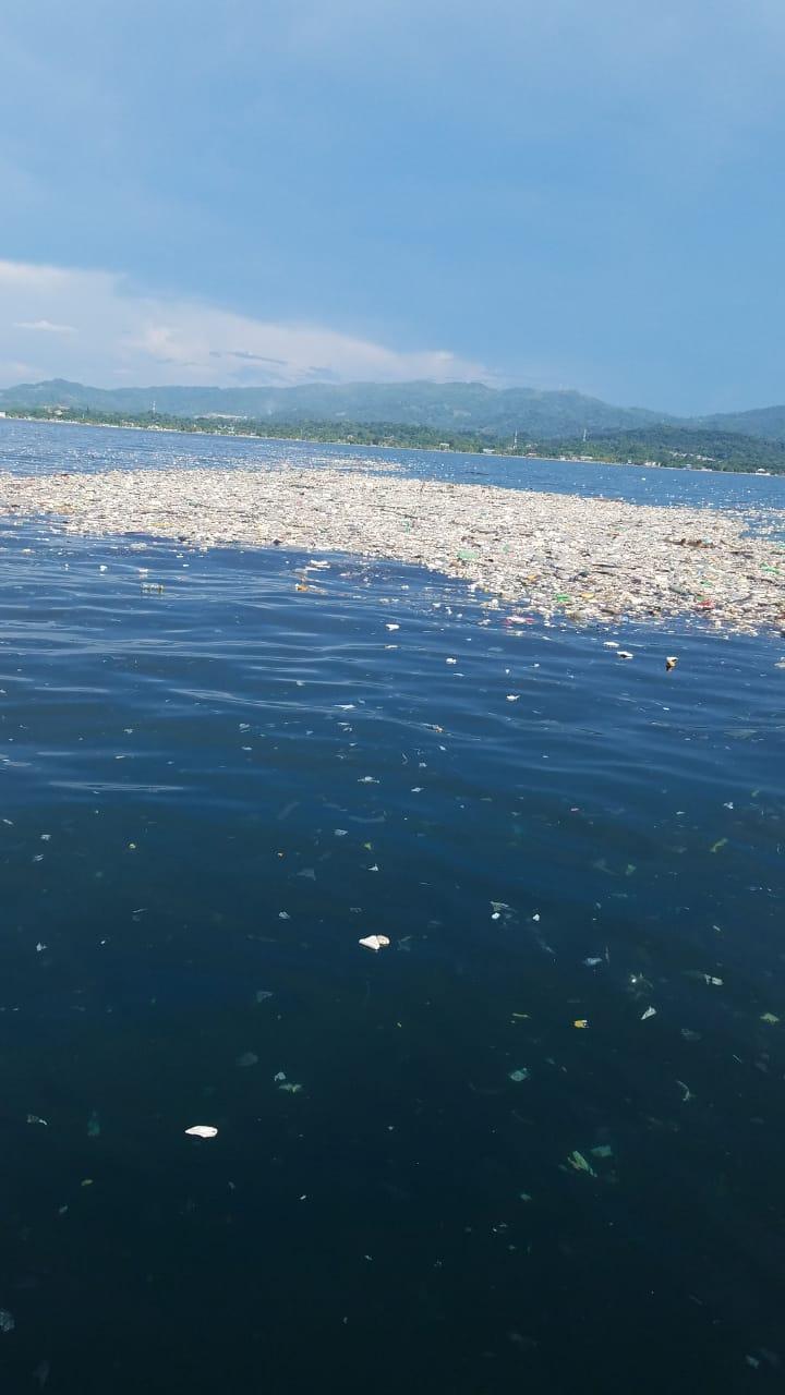 La basura flota en aguas marítimas de Honduras.