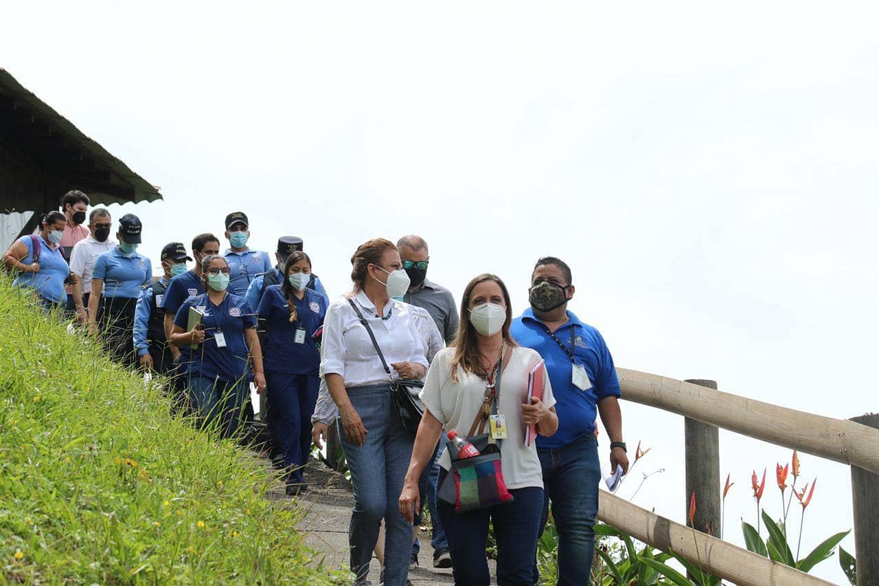 Ministra de turismo realizando inspección del Lago de Yojoa.