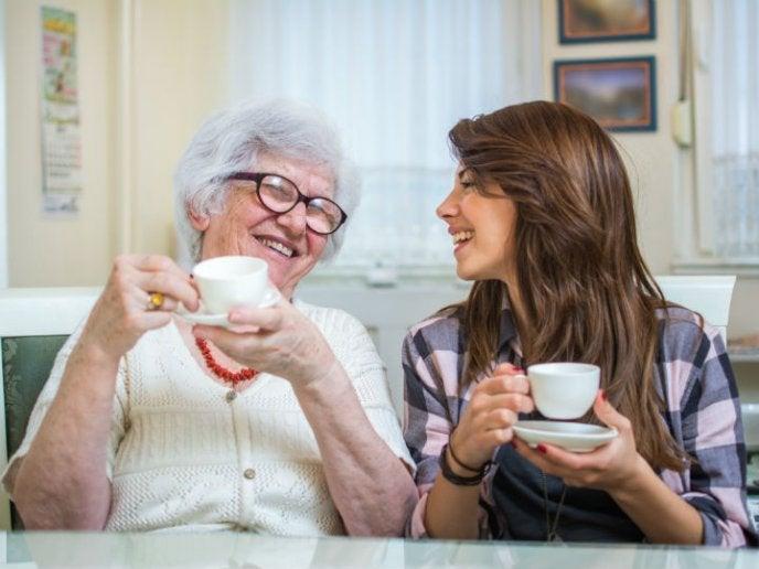 mujeres que toman café
