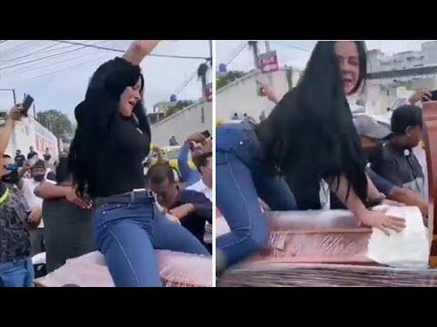 VIDEO: Mujer «perrea» sobre el ataúd de su difunto esposo en Ecuador