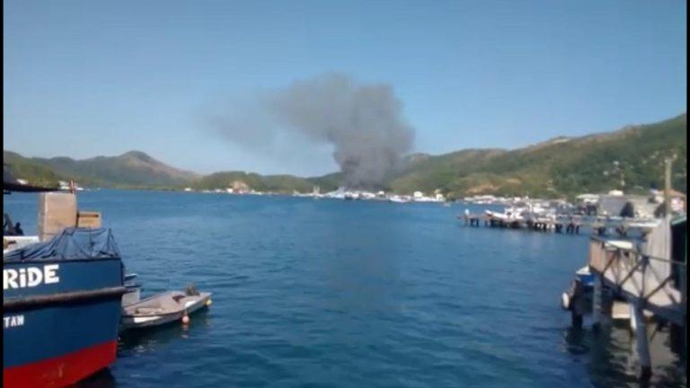 Incendio consume empacadora de mariscos en Guanaja; con baldes intentan apagarlo