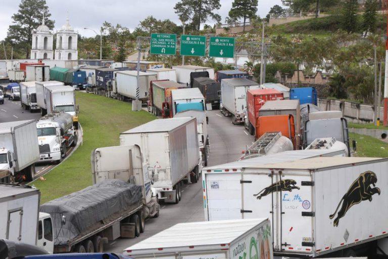Transporte de carga a protesta por «marginación» y actos ilegales en el rubro