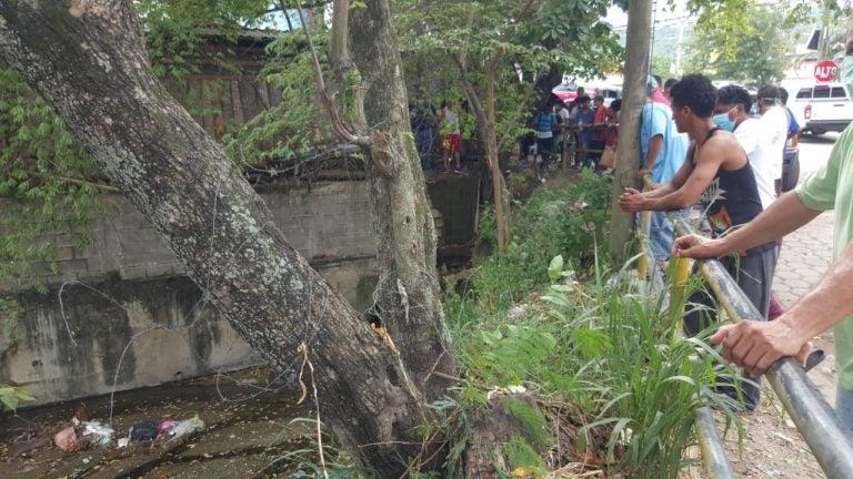 Villanueva: dentro de alcantarilla, tirotean a hombre que trataba de huir