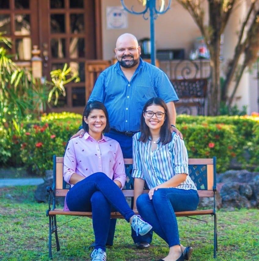 David Muñoz junto a su esposa e hija.