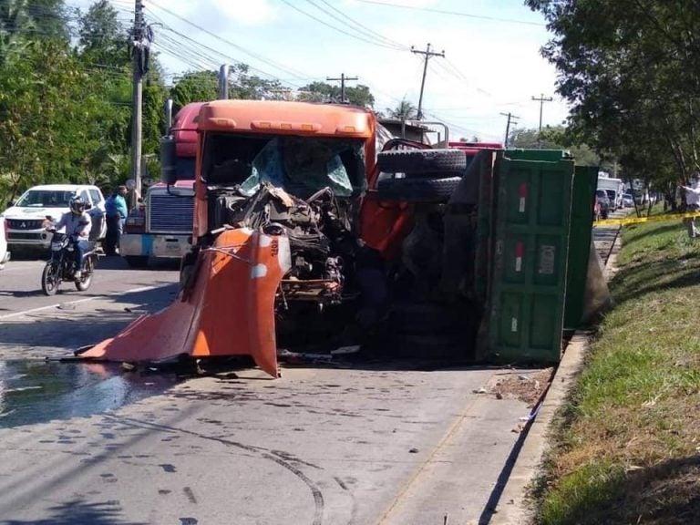 Rastra impacta contra volqueta y deja a conductor muerto en Choloma