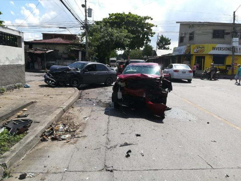 Colisión deja dos heridos en barrio Cabañas; conductor habría irrespetado alto
