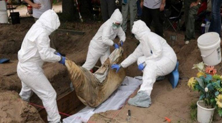 """Exhuman 150 cuerpos sin autopsia; """"Es una locura"""", dice experta"""