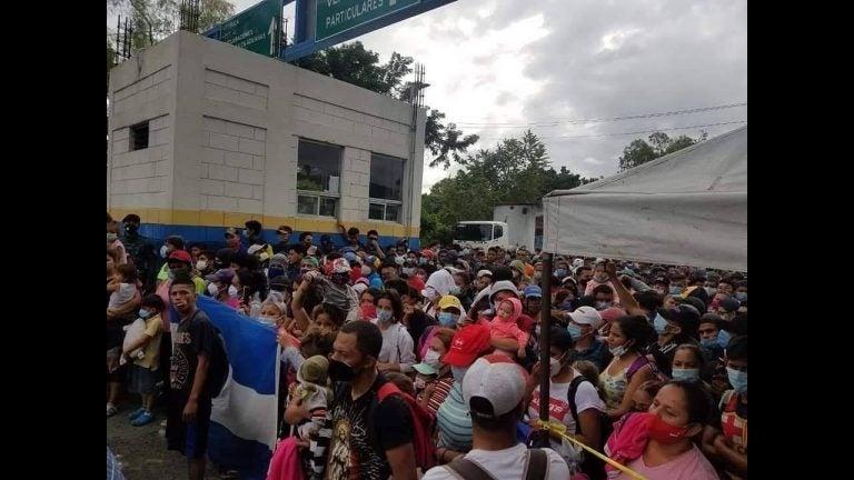 Pese a barrera humana, caravana de migrantes pudo ingresar a Guatemala