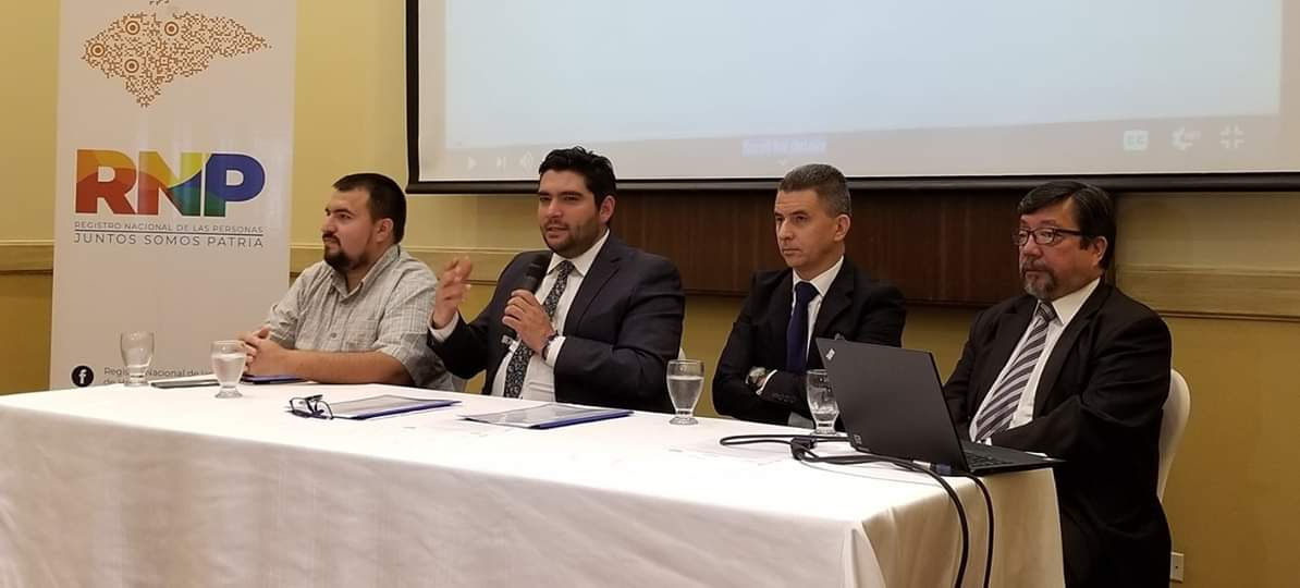 Los comisionados del Registro Nacional de las Personas (RNP) firmaron contrato con Oracle en 2019. Como representante de la compañía asistió Roy Guzmán.