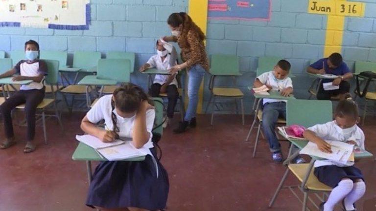 Honduras: Con 6 meses de embarazo, maestra cruza río para dar clases a niños Pech