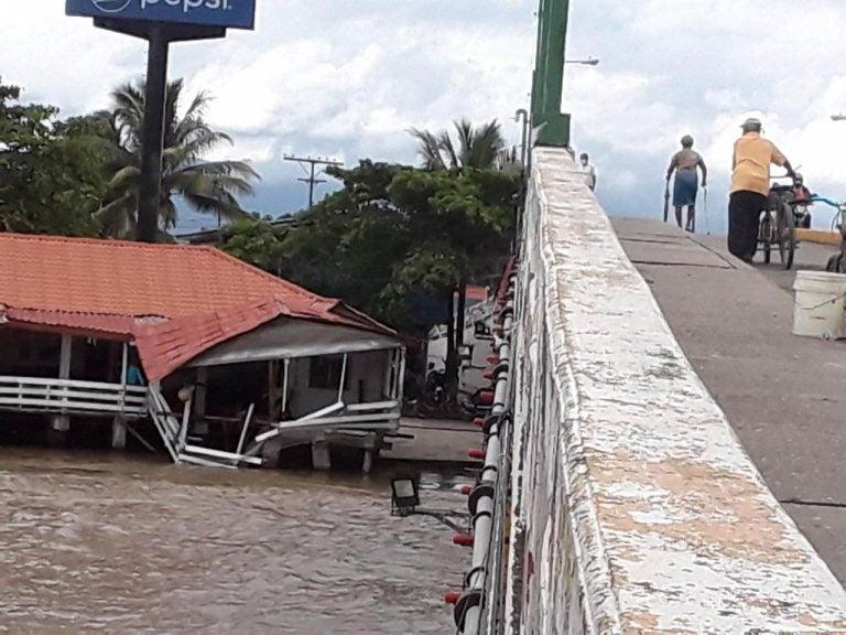 Estructura de restaurante El Delfin comienza a ceder ante crecida de Laguna de Alvarado