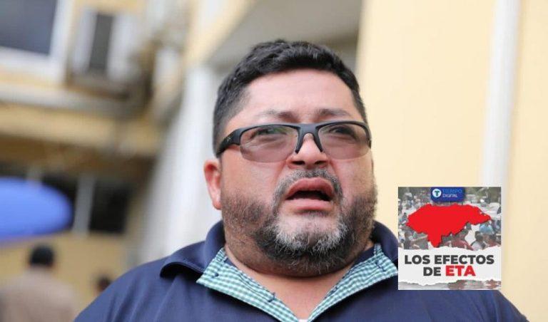 «Todo mi pueblo está ahogado»: Alcalde de La Lima llora tras recibir donaciones