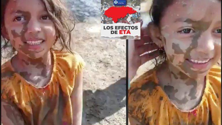 Sonrisa llena de «esperanza»: Niña juega en lodo después de inundaciones