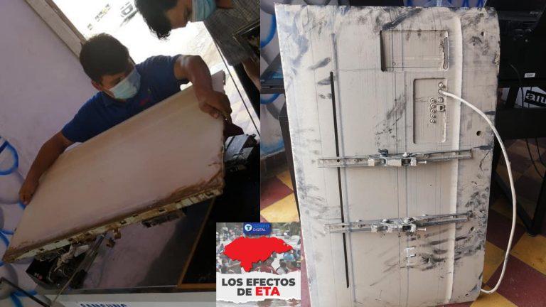 Hondureños en su empresa arreglan televisores afectados por inundación; es gratis