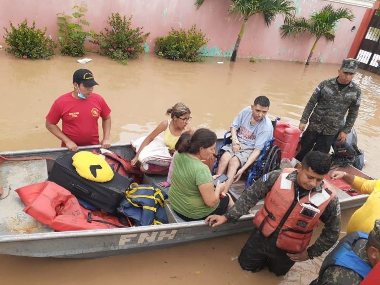 Tras estar atrapados: rescatan a familia en residencial Montebello de SPS