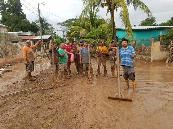 Los Macatanes voluntarios limpian lodo
