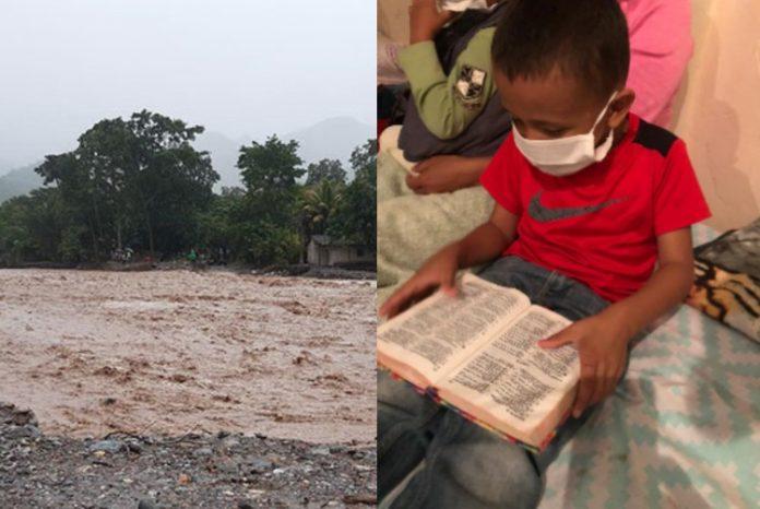 Niño lee la biblia en albergue