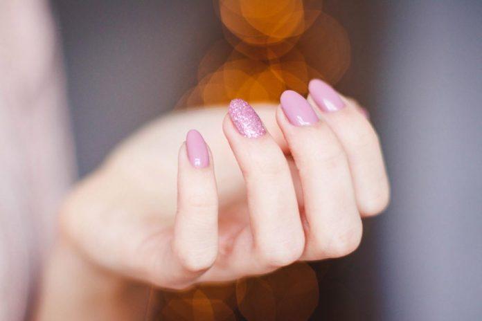 Cuidado para que uñas crezcan fuertes
