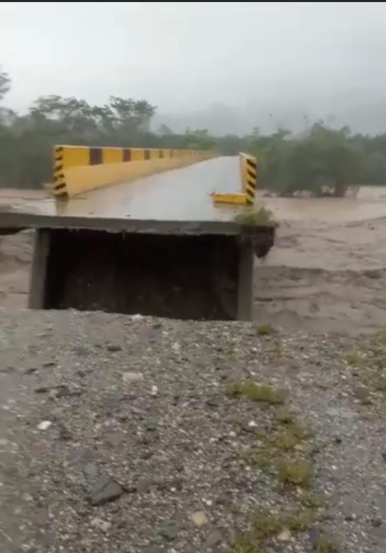 Puente de la zona quedó destruido.