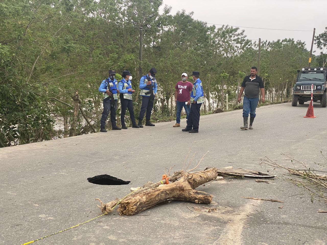 Agujero se produjo por inundaciones de Iota.
