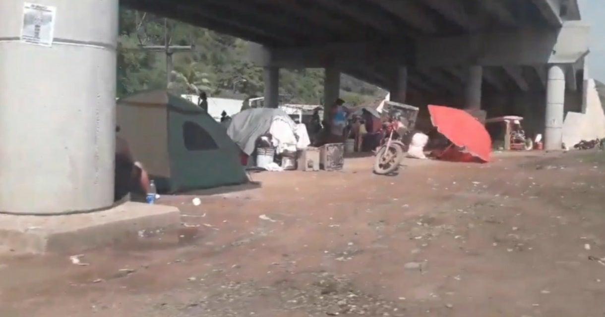 hondureños bajo puente de Chamelecón