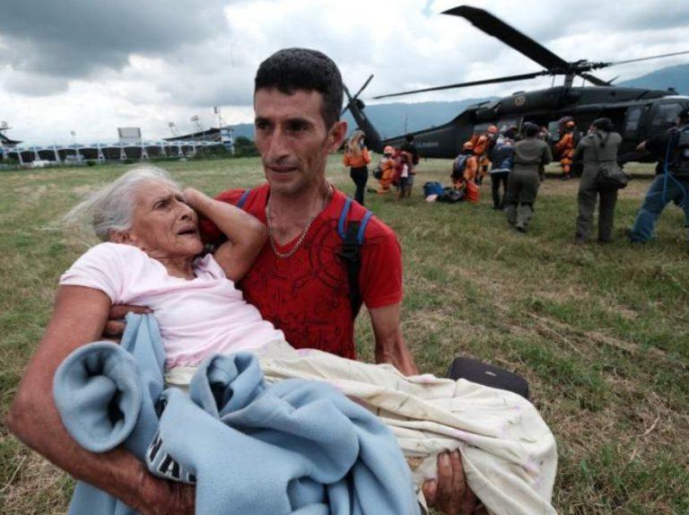Emotivo rescate: hondureño carga en brazos a su madre con Alzheimer