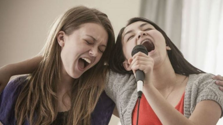 Según la ciencia, las mujeres que les gusta cantar son más felices