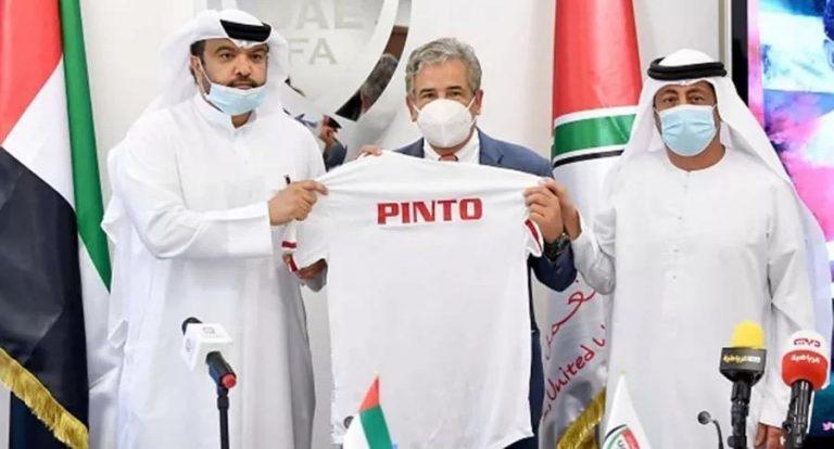 Echan a Pinto de Emiratos Árabes Unidos y futbolistas arremeten contra él