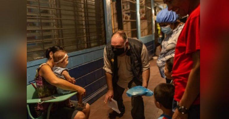«No sé cómo mantienen esa sonrisa y esperanza»: chef español dona alimentos