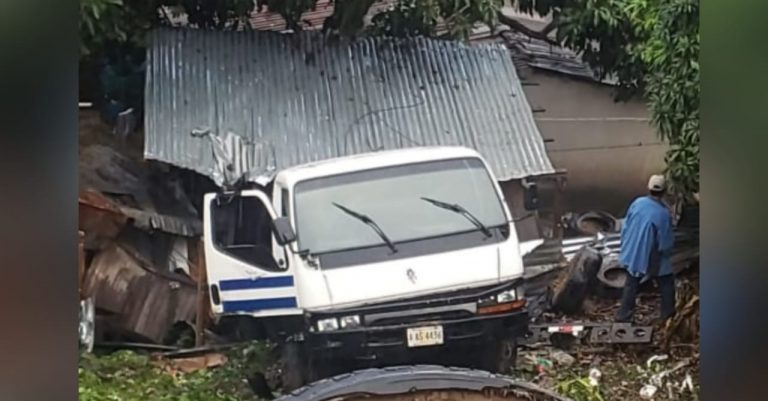 Comayagüela: camión de la AMDC se estrella con vivienda; hay cinco heridos