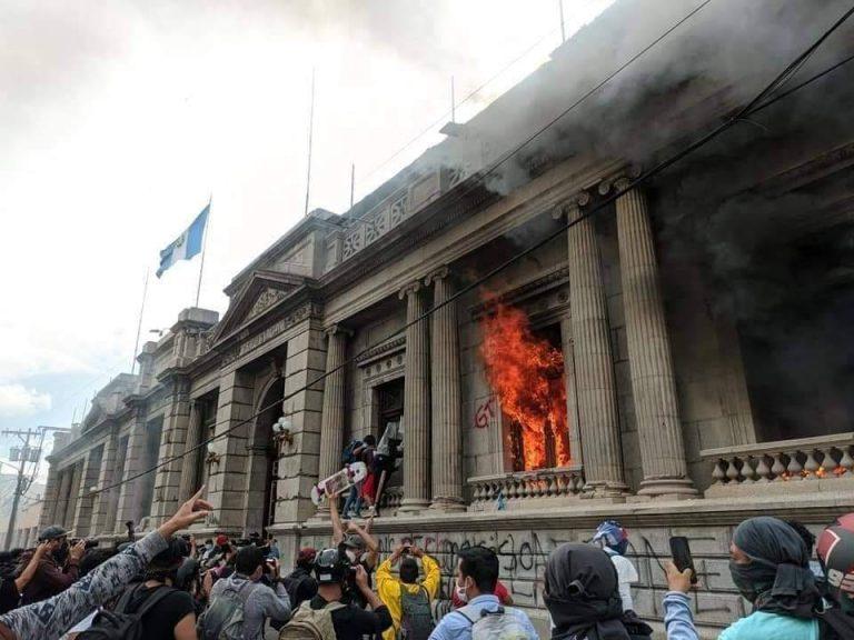 Guatemala: Protestantes irrumpen el Congreso luego de la aprobación del presupuesto 2021