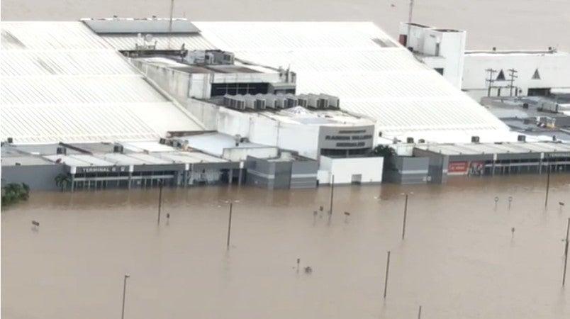 En las tomas apenas alcanza a verse el nombre del aeropuerto. El resto está bajo el agua.