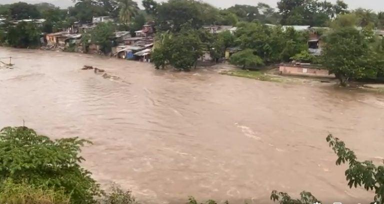 Calamidad en bordos de río: niños aguantan el día con donación de café con pan