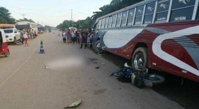 joven motociclista impacta bus