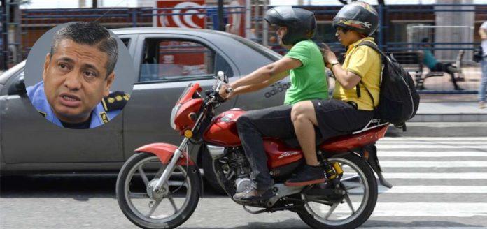 dos hombres en moto