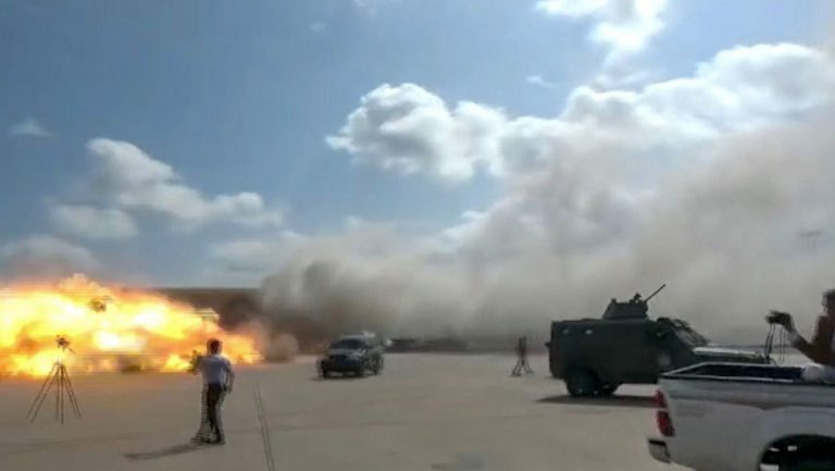 VIDEOS  Así impactó un misil en aeropuerto de Yemen tras aterrizaje de avión