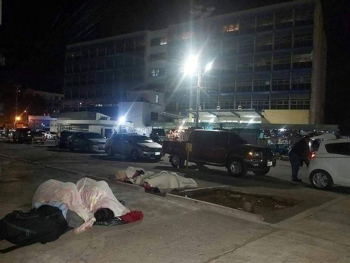 Ciudadanos denuncian que familiares de pacientes duermen en aceras del HE