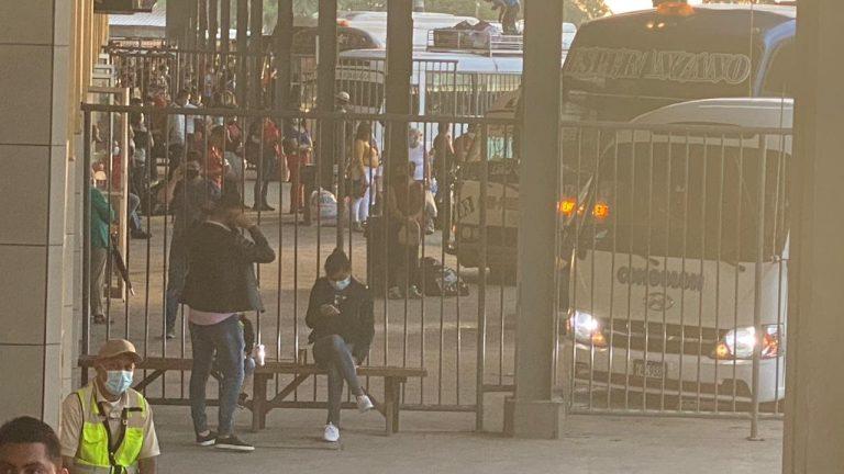 Pese a pandemia, hondureños abarrotan terminal de buses de SPS