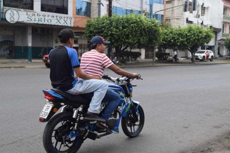 CN vuelve a prohibir dos hombres en moto, pero hay municipios exentos