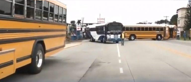Hay «30 mil transportistas sin bono»: cumplen amenaza y bloquean carreteras