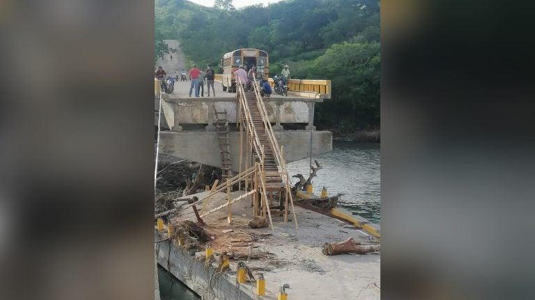 ¡Admirable! Transportistas construyen puente de madera para pobladores en Yoro