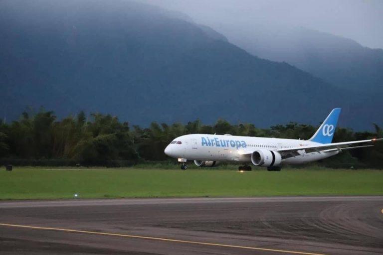 ¿Cuáles fueron los inconvenientes con el primer vuelo internacional que llegó a La Ceiba?