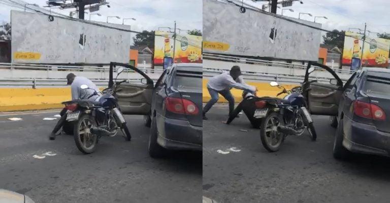 VÍDEO| Conductor agarra a patadas a un motociclista en calle de SPS