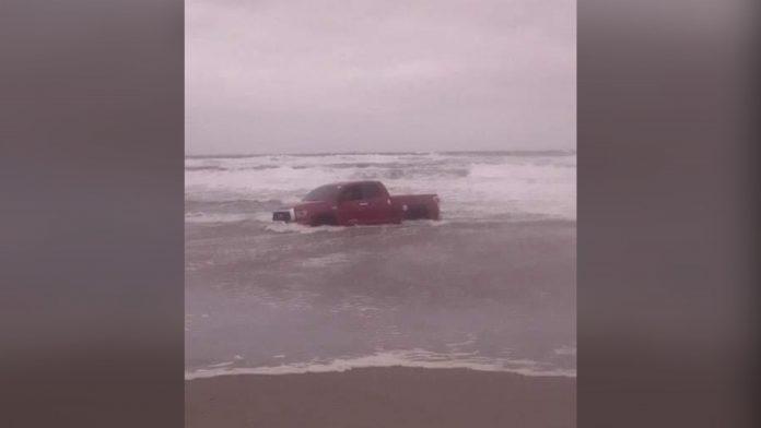 vehículo atrapado playa Tela