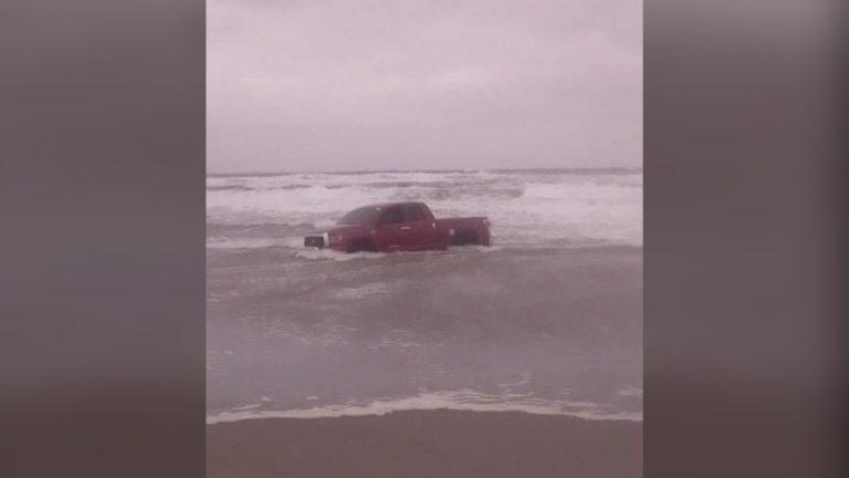 Vehículo queda atrapado a orillas de Playa Bonita en Tela: ¿qué pasó?