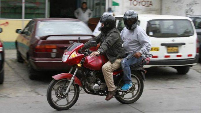 prohibición dos hombres en motocicleta