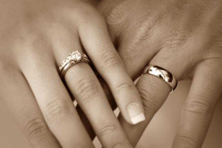 ¿Cómo surgió la tradición de relacionar los aniversarios de bodas con materiales?