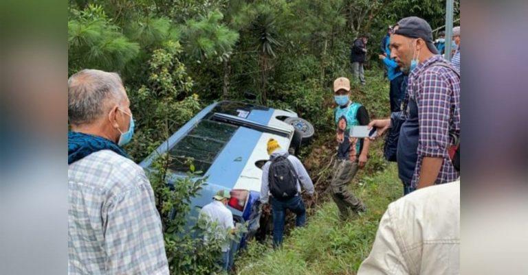 La Paz: «rapidito» vuelca a hondonada por supuestas fallas mecánicas