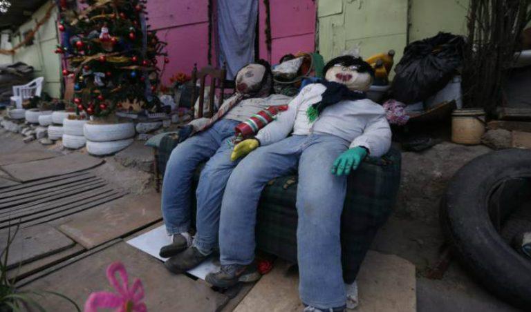 """Pese a doble crisis: """"Tradición no se puede perder"""", dice artista de monigotes"""